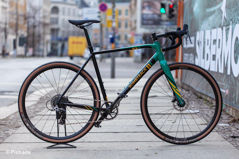 Seitenansicht - Bombtrack Tension - ein rennorientiertes Cross/Gravel Bike / Pistrada Fahrrad Leipzig